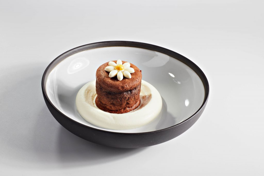 fondant en chocolat decore avec une fleur blanche en chocolat