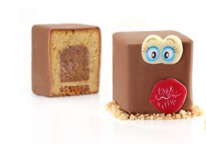 trois gateaux en cubes avec insert poire, glacage au chocolat et décorés de plaquettes en chocolat.